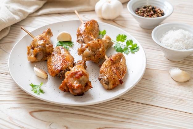 Churrasco de asas de frango grelhado com pimenta e alho
