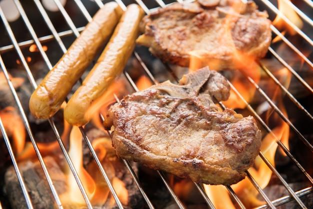 Churrasco de carne de porco e salsichas na grelha.