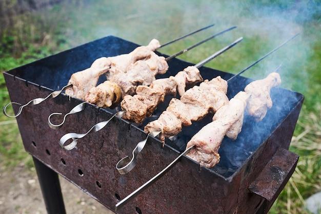 Churrasco de porco e frango na grelha