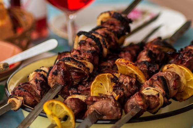 Churrasco de porco na grelha com especiarias