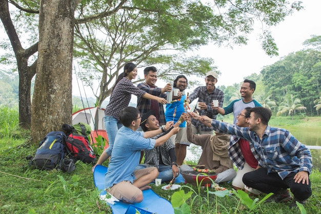 Churrasco enquanto acampar na floresta