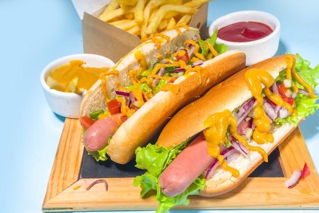 Churrasco grelhados fastfood, vários cachorros-quentes tradicionais americanos servidos com linguiça