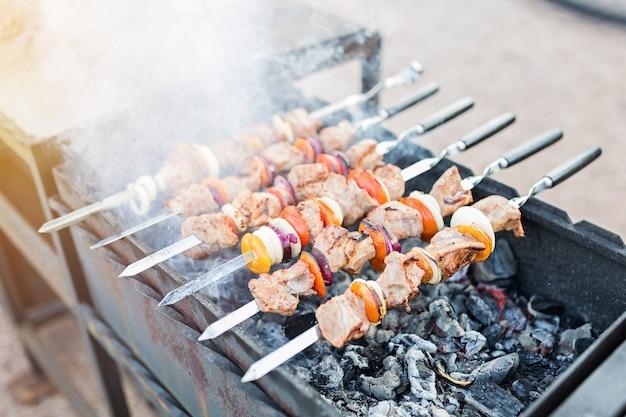 Churrasqueira com carnes e legumes