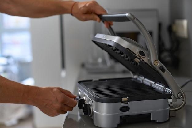 Churrasqueira elétrica e grelha na cozinha