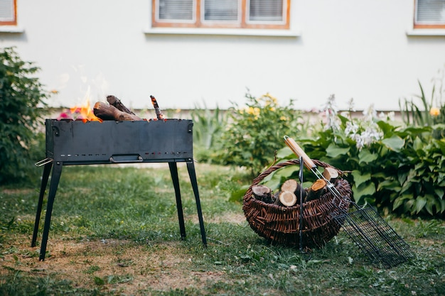 Churrasqueira flamejante no quintal no verão