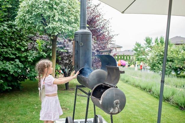 Churrasqueira no quintal de casa, pátio familiar, churrasco ao ar livre, fundo de jardim verde ao ar livre