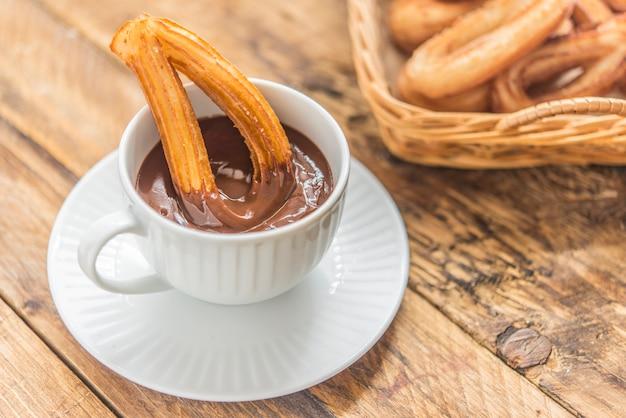 Churros com café da manhã doce típico de chocolat