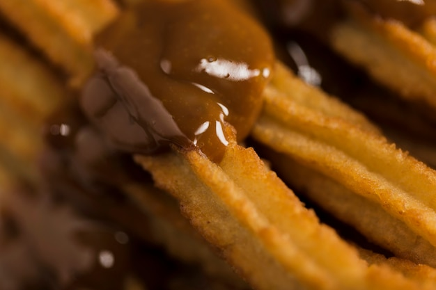 Churros extremos de close-up com chocolate derretido