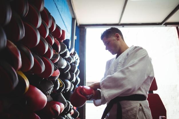 Chute boxer usando luvas