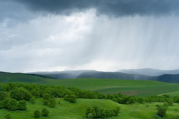 Chuva caindo na planície