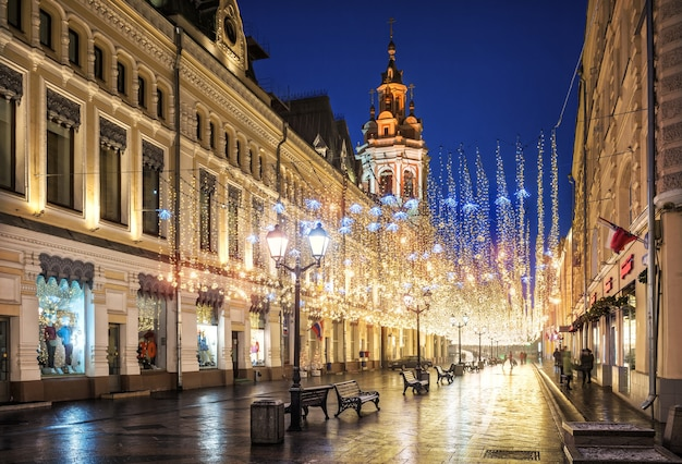 Chuva dourada de decorações de natal na rua nikolskaya em moscou