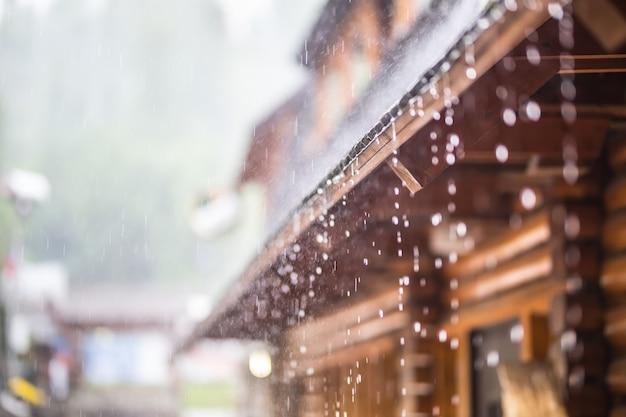Chuva forte na tempestade de verão e gotas de chuva no telhado.