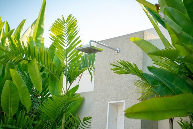 Chuveiro ao ar livre exterior na casa