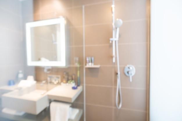 Chuveiro e banheiro espelho desfocado