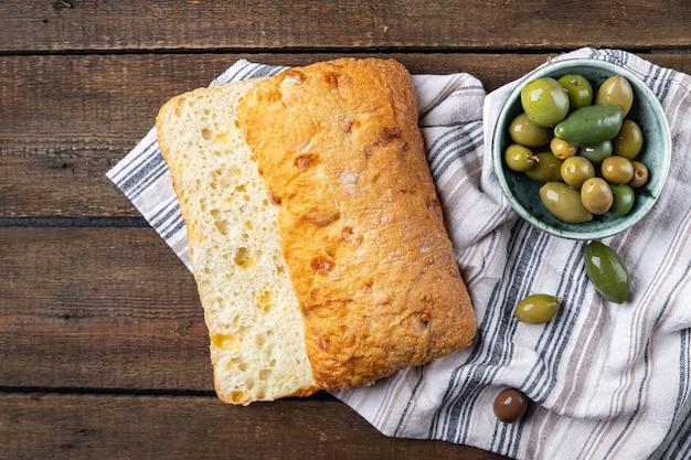 Ciabatta farinha de trigo pão fermento fermento azeite receita italiana porção fresca pronta para comer