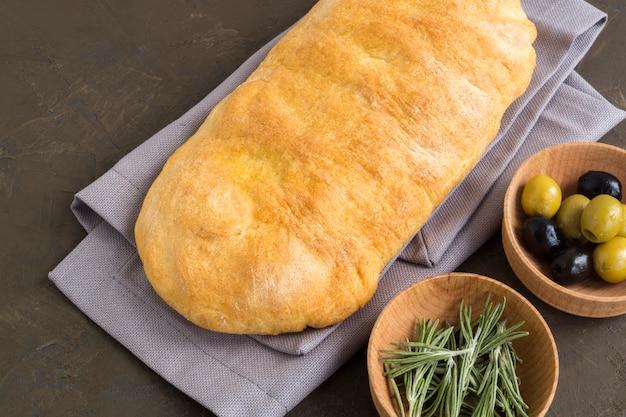 Ciabatta. pão italiano fresco do ciabatta com ervas.