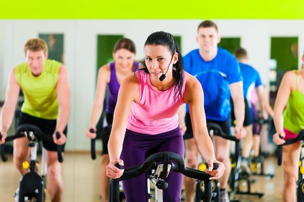 Ciclismo de bicicleta indoor no ginásio