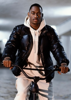 Ciclista afro-americana de vista frontal