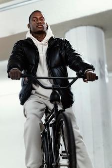 Ciclista afro-americano andando de bicicleta com vista baixa
