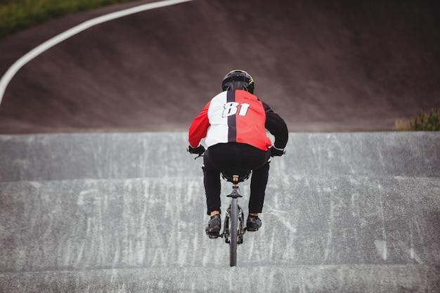 Ciclista andando de bicicleta bmx no skatepark