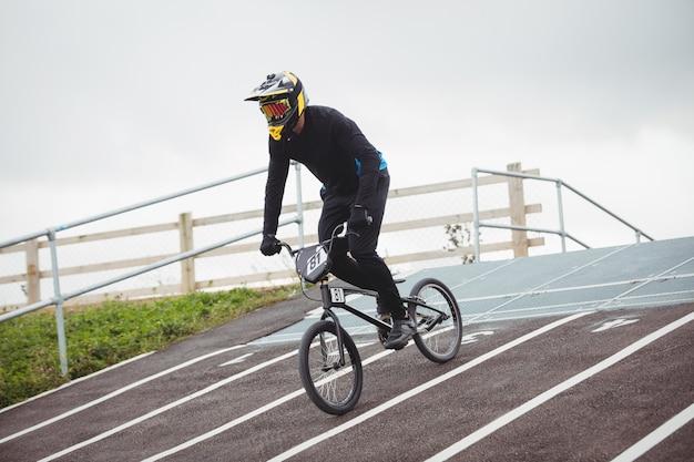 Ciclista andando de bicicleta bmx