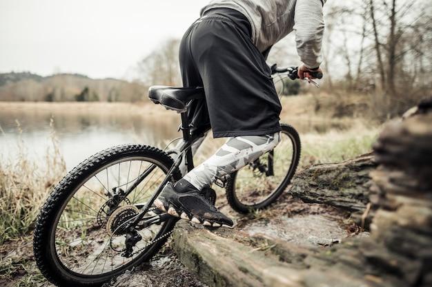 Ciclista, bicicleta equitação, perto, a, lago