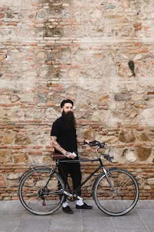 Ciclista bonita em pé com bicicleta