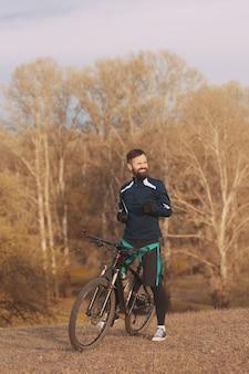 Ciclista cavalga pela floresta de outono e parque