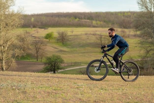 Ciclista cavalga pela floresta