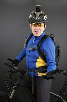 Ciclista com uma bicicleta com a mão estendida