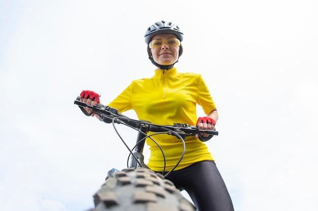 Ciclista de mulher bonita ansioso para o volante da bicicleta. esportes e recreação. hobbies e saúde.