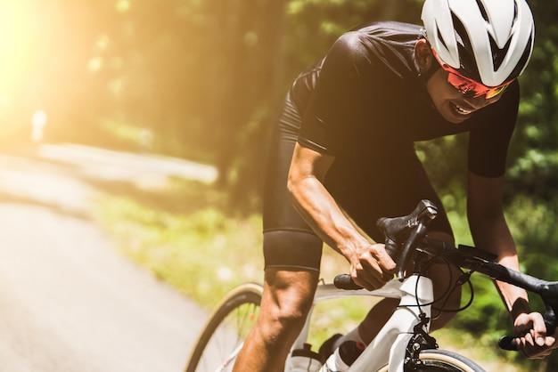 Ciclista ele estava girando com velocidade.
