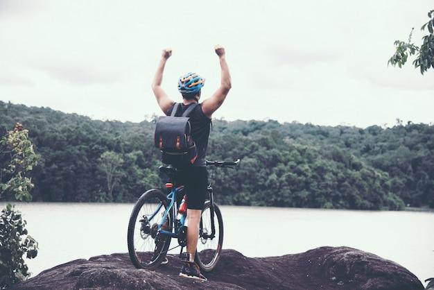 Ciclista em dia ensolarado.bike aventura viagem foto