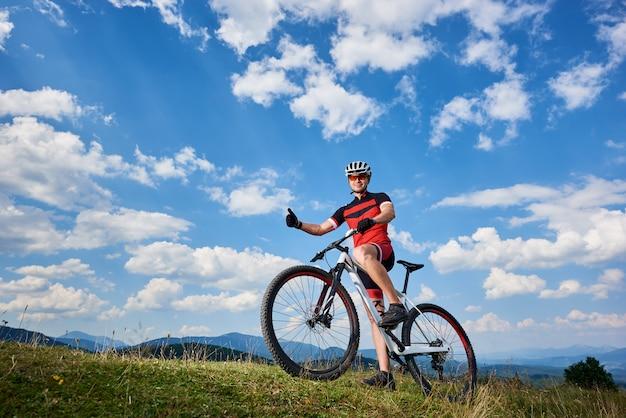 Ciclista em roupas esportivas e capacete