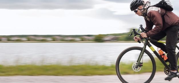 Ciclista em uma bicicleta de cascalho. efeito de desfoque de movimento. conceito de estilo de vida esportivo e ativo.