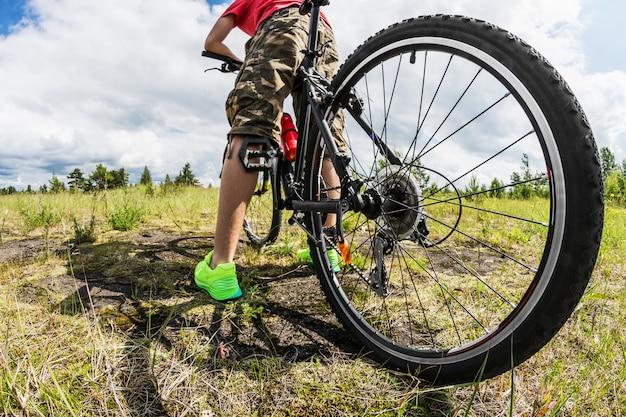 Ciclista em uma bicicleta de montanha