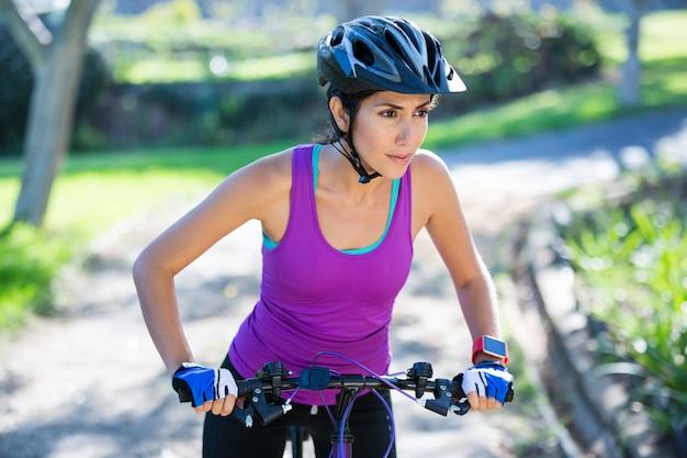 Ciclista feminina, andar de bicicleta na zona rural