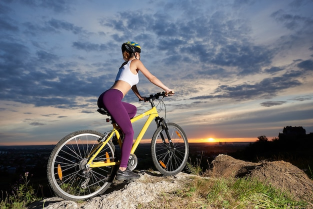 Ciclista feminina pedalando mountain bike em rock hill