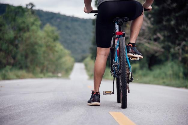 Ciclista homem corrida bicicleta ao ar livre