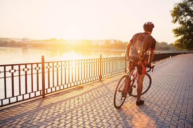 Ciclista jovem e enérgico no parque