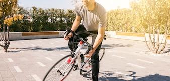 Ciclista masculina, andar de bicicleta ao ar livre
