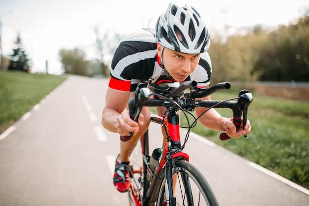 Ciclista masculino anda de bicicleta, vista frontal
