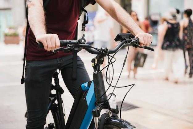 Ciclista, montando, e-bicicleta, através, cidade