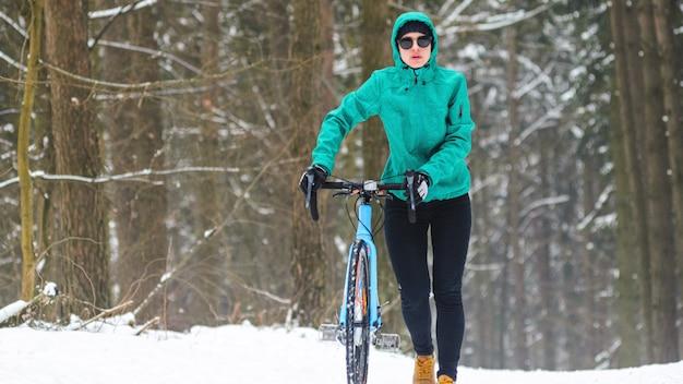 Ciclista na floresta de neve