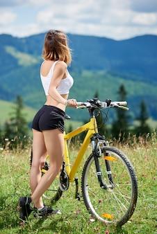 Ciclista no campo