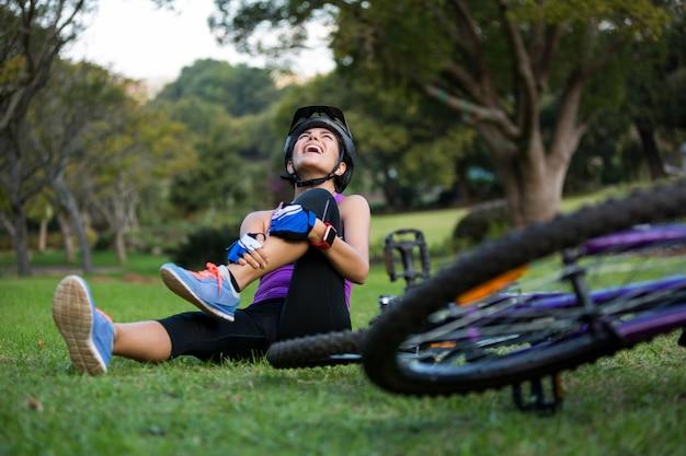 Ciclista se machucando ao cair da bicicleta de montanha