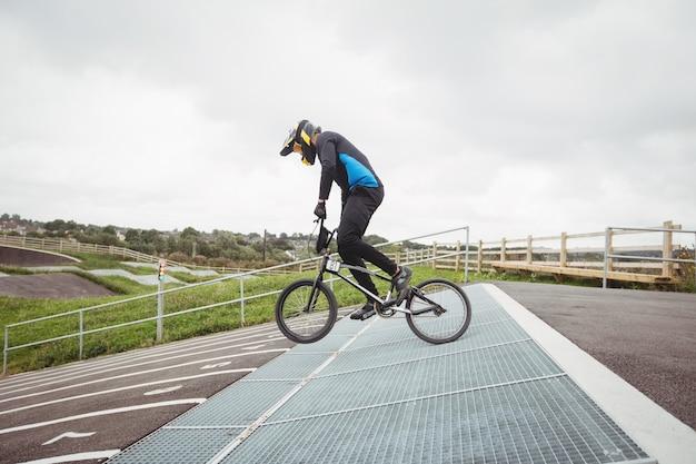 Ciclista se preparando para corridas de bmx na rampa inicial