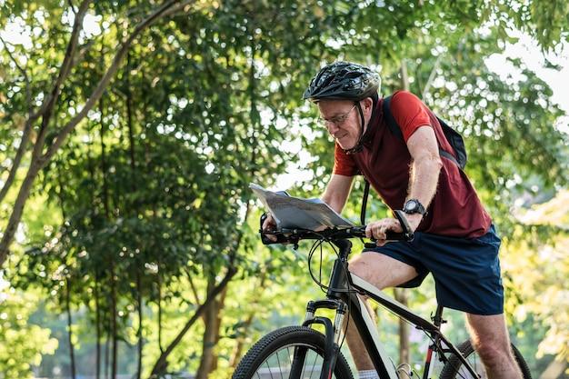 Ciclista sênior verificando um mapa