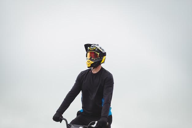 Ciclista sentado na bicicleta bmx