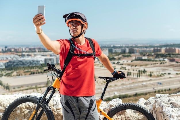 Ciclista tira uma selfie na cidade